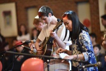 """Estudantes apresentando música para celebrar o Ano Novo Chinês. """"typeof ="""" foaf: Image """"/></p> </article><h3> <span> <span> <span> <span> <span> <span> Celebrações culturais </span> </span> </span> </span> <span> <span> <span> Comemorações culturais </span> </span> </span> </span> [19459454] 19004</p><p> <span> <span> <span> <span> <span> <span> A cada ano, grupos de alunos trabalham juntos para trazer vários eventos multiculturais ao campus para compartilhar suas origens e experiências com o campus e as comunidades locais. Celebrações recentes incluíram o Ano Novo Lunar, Holi, Eid, Dia dos Mortos e Diwali. </span> </span> </span> </span> </span> </span></p></p> <article class="""